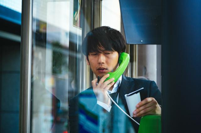 公衆電話する人