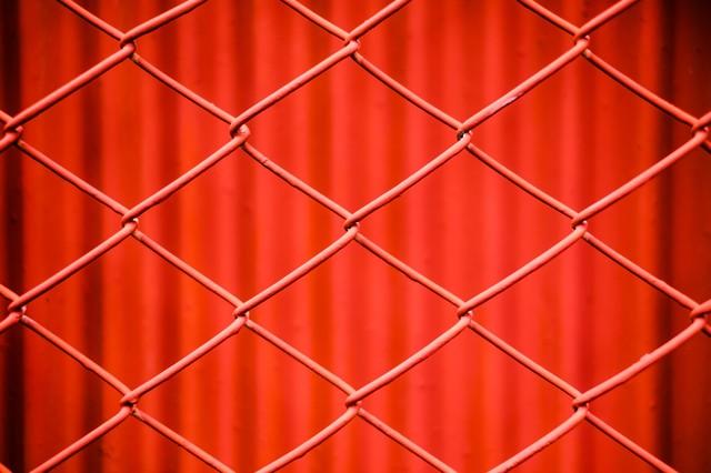 赤いフェンス